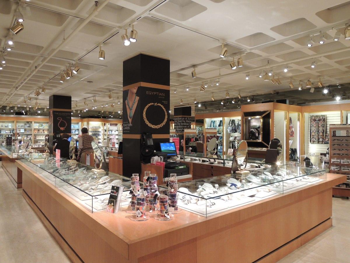 Der Hauptmuseumsshop des MET erstreckt sich über zwei Etagen und beherbergt Produkte zu der ständigen Sammlung sowie zu Sonderausstellungen. Der Shop ist direkt vom Foyer aus zugänglich. Fotos: Courtesy MET Store